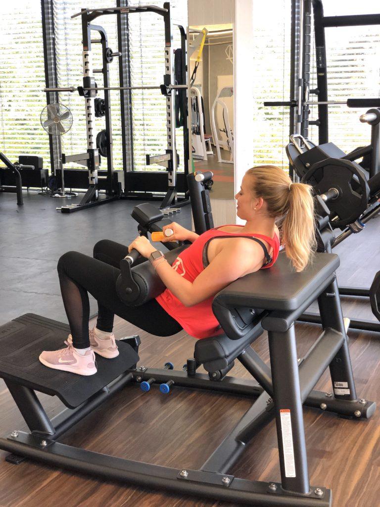 Alexandra MOVEMENT Fitness beim Training 768x1024 - Neues Equipment für dein Beintraining