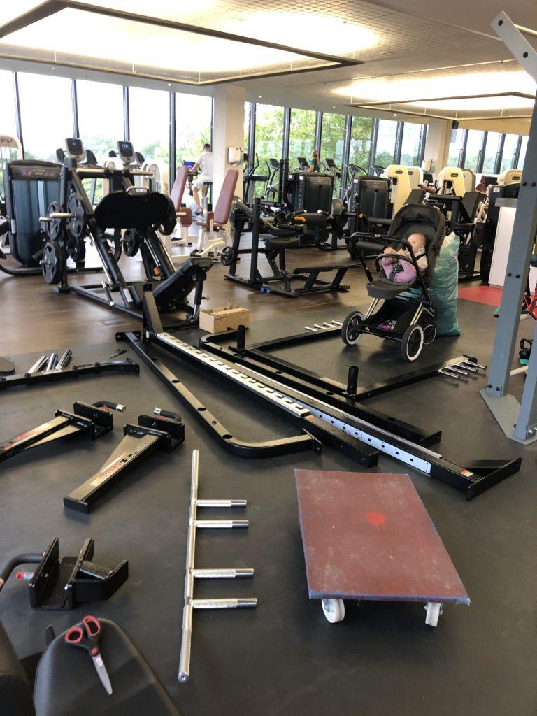 MOVEMENT Fitness München beim Aufbau e1571666340148 768x1024 - Neues Equipment für dein Beintraining